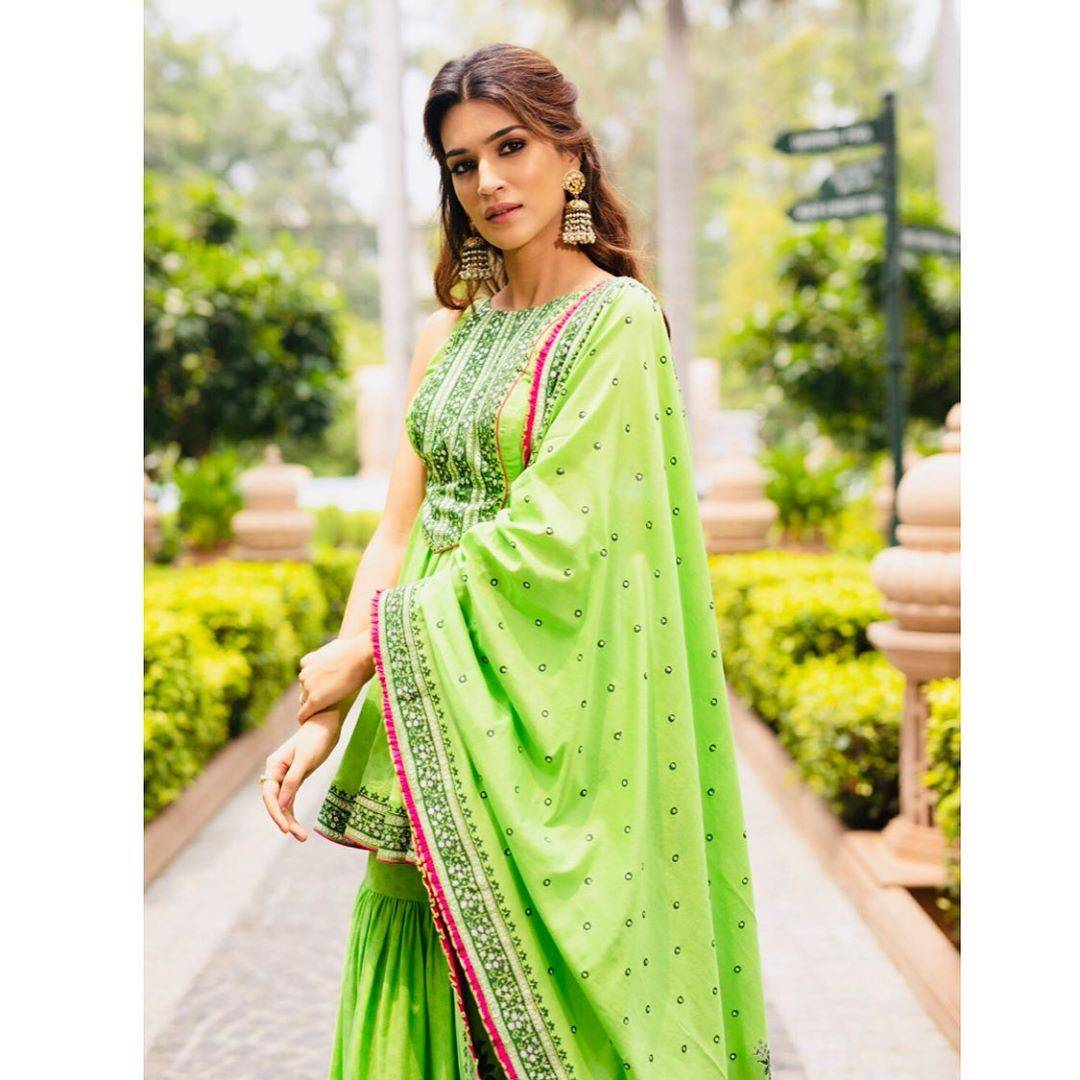 The bright green heavy print number from Sukriti&Akriti, complete with raffle-tiered pants even had tassels on the shawl. There's dissension in our ranks over whether we like it or not. - Fashion Models