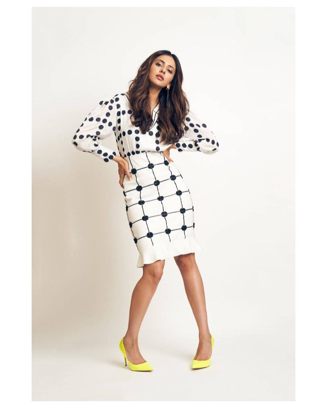 The classic yellow pumps from Steve Madden is what gives the outfit the pop it deserves. - Fashion Models