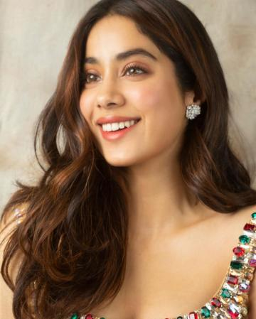 Jhanvi's love for highlighters is visible in this fresh-face make-up scheme - Fashion Models