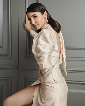 Anushka Sharma arrived for the Filmfare awards in this sublime offwhite outfit from Marmar Halim - Fashion Models