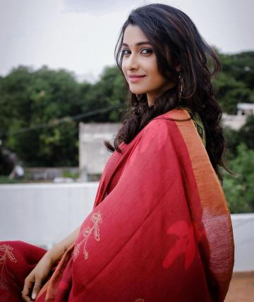 The Tussar silk shawl is a looker on its own, isn't it? - Fashion Models