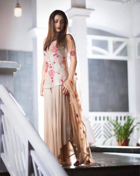 The hand-embroidered kurti and high-low pants, along with the floral tulle dupatta looks  gorgeous on the lady - Fashion Models