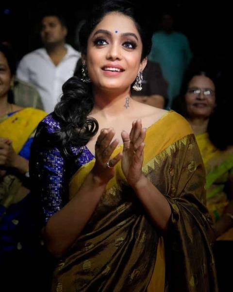 The makeup scheme that Abhirami sticks to mostly has a colourful pottu, which we appreciate - Fashion Models