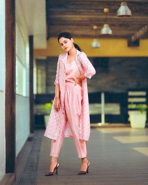Stylists Navya and Divya found Bindu a nice pair of plain heels  - Fashion Models