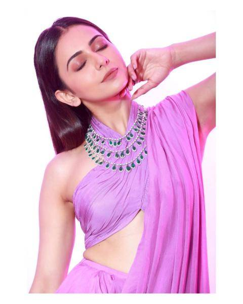 The layered chain from Goenka is a fairly nice touch - Fashion Models