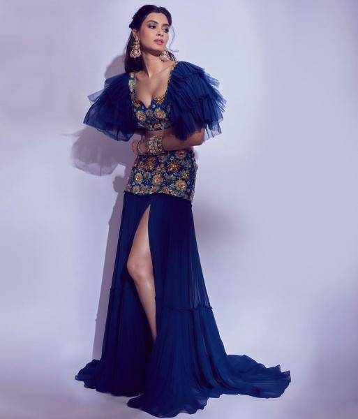 The Arab-looking outfit has a top with layered sleeves and the flowy skirt has an appealing slit - Fashion Models