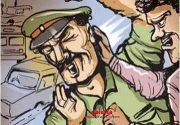 போலீசை சுற்றி வளைத்துத் தாக்கிய 4 பேர்!  - Latest Tamil Cinema News