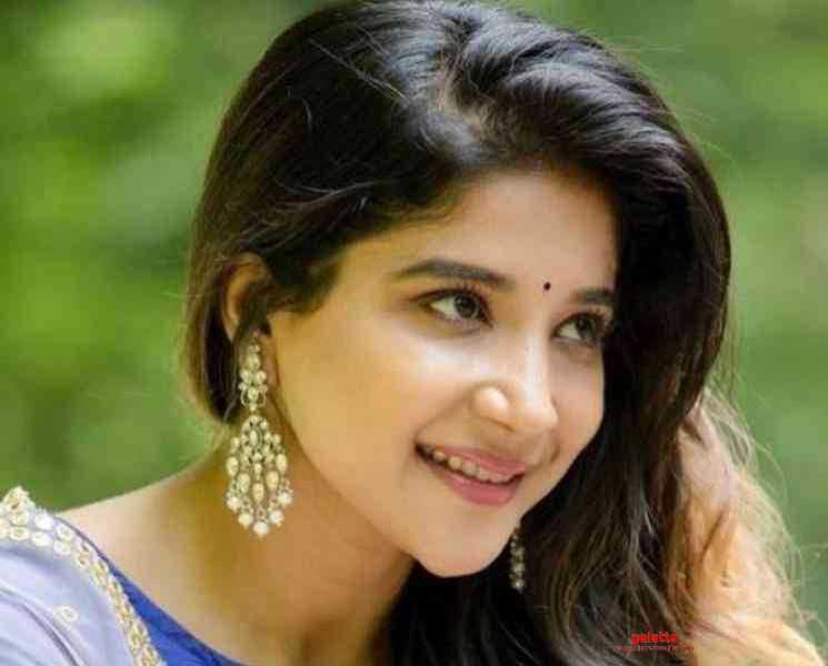 டெடி பியர் பொம்மை கொண்டு உடற்பயிற்சி செய்யும் சாக்ஷி அகர்வால் ! - Tamil Movies News