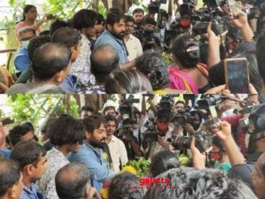 Heartbreaking video - Vijay Sethupathi pays final respect to Vadivel Balaji