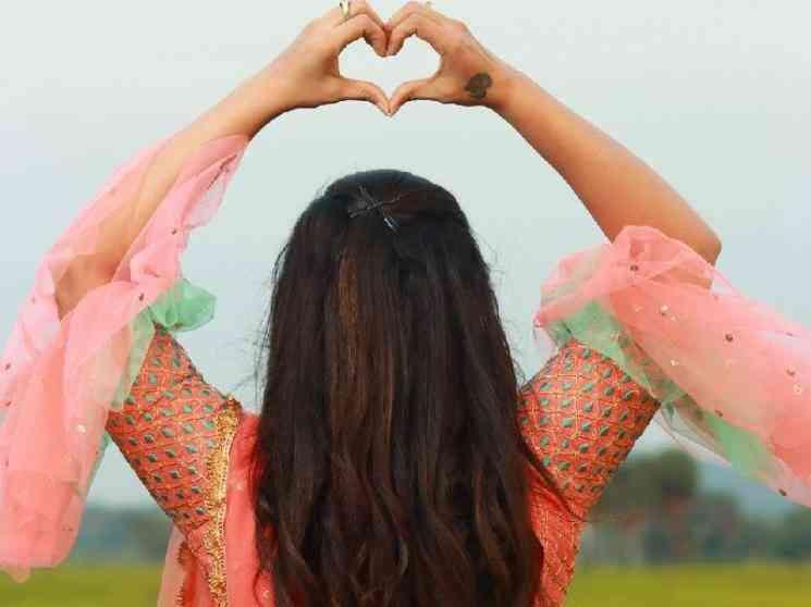 களைகட்டிய முன்னணி சீரியல் நடிகையின் நிச்சயதார்த்தம் ! - Tamil Movies News