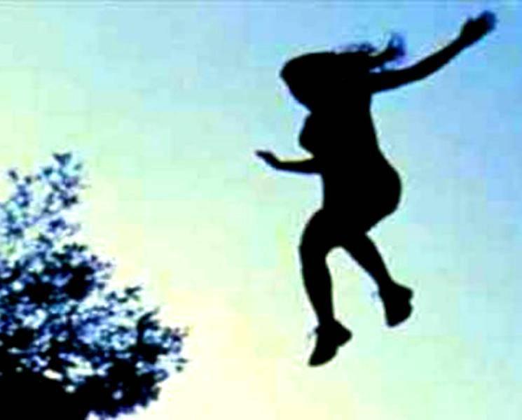 முகம் தெரியாத செல்போன் காதல்... செல்போனில் காதலி பேச மறுத்ததால் மாடியிலிருந்து குதித்து தற்கொலைக்கு முயன்ற காதலன்!